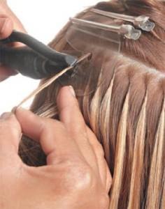 Esse método tem um aspecto bem natural, porém danifica os cabelos quando os apliques forem retirados.