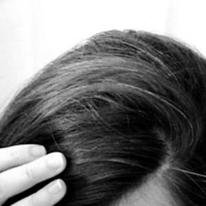 principal causa do aparecimento de cabelos brancos é em consequência do desaparecimento natural da produção de melanina que é uma proteína responsável pela coloração dos fios