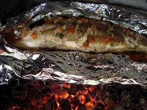 peixe assado na churrasqueira