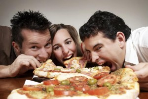 Comer pizza à noite
