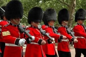 Os soldados que protegem a Rainha, e os membros da família britânica.