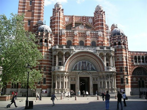 Igreja católica monumental constituída em Londres.