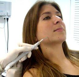 Os sintomas ocasionados é um pequeno caroço desenvolvido na pele, onde originando uma vermelhidão e sensibilidade no local.