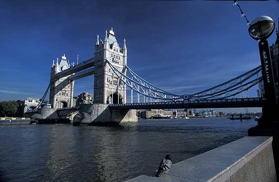 Construída em 1894 esta ponte tornou-se um ícone de Londres sendo considerada uma construção engenhosa com uma engenharia avançada para a época.