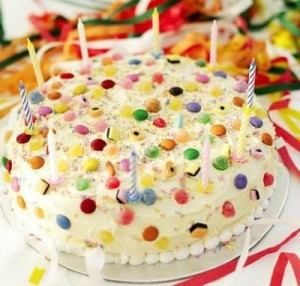 Sonhar com bolo de aniversario, representa sentimentos bons.