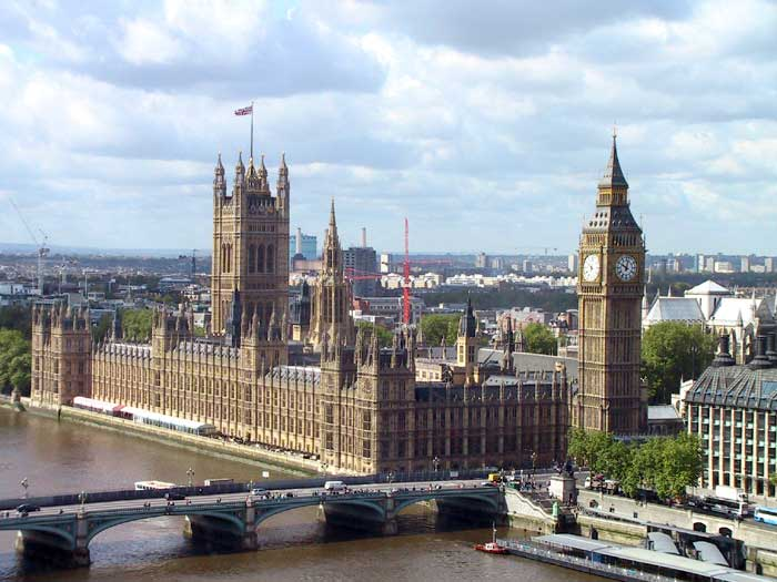Palácio subdividido entre a  casa dos comuns e a casa dos lordes.
