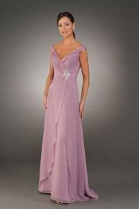 Para as mulheres que gostam de pequenos detalhes, escolher um vestido com cor básica e grandes recortes pode ser uma ótima escolha.